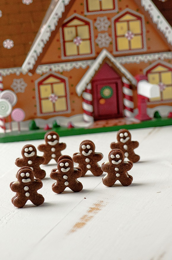 Mini Chocolate Gingerbread Men & 100 of the best cookie recipes for Christmas | PasstheSushi.com
