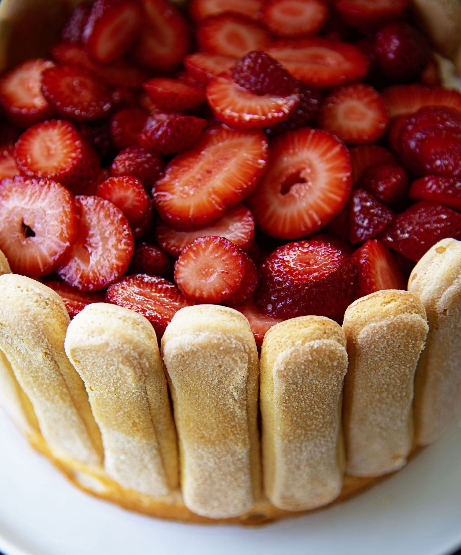 Overview of fresh strawberries on cake.
